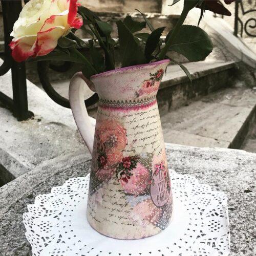 Carafă din ceramică lucrată cu tehnica decoupage.